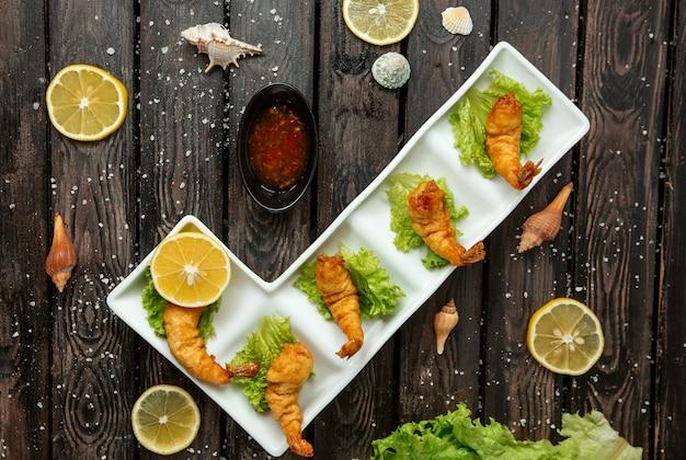 Crevettes frites sur la table
