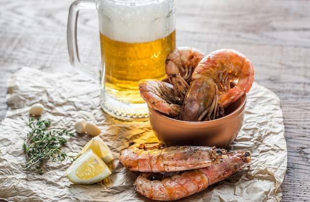 Crevettes frites avec verre de bière