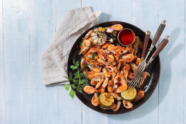 Crevettes frites sur une vue de dessus en bois bleue