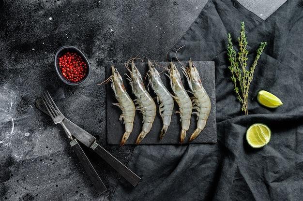 Crevettes géantes crues fraîches entières, crevettes. vue de dessus