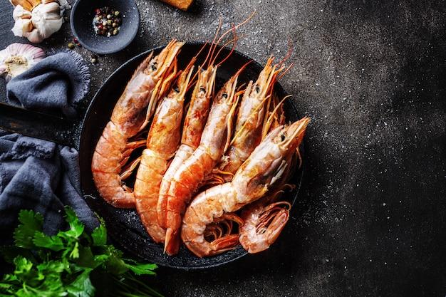 Crevettes géantes crues sur table sombre