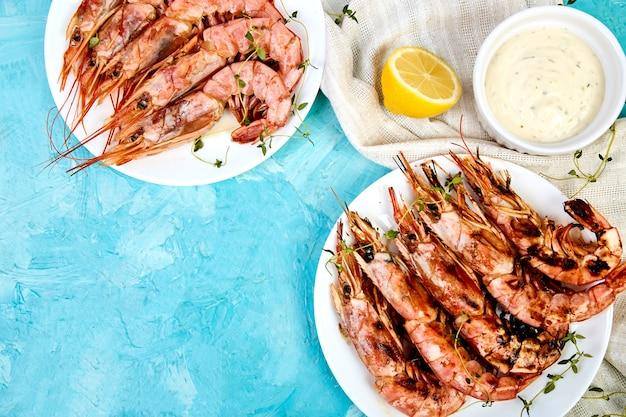 Crevettes géantes grillées sur une plaque blanche
