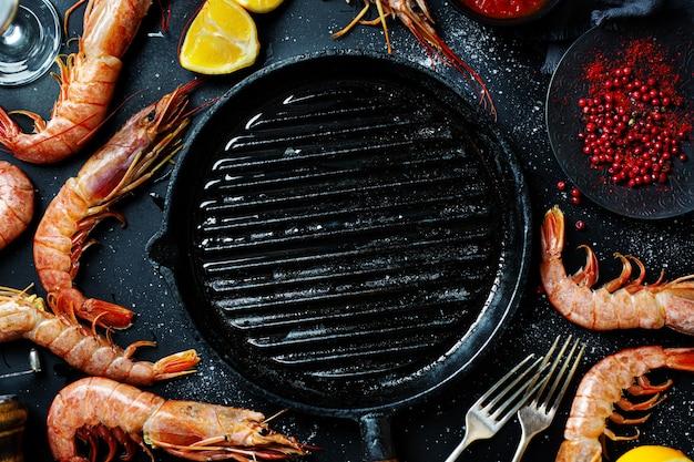 Crevettes géantes non cuites sur table sombre