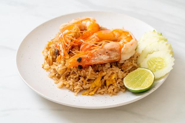 Crevettes géantes sur riz frit avec pâte de crevettes