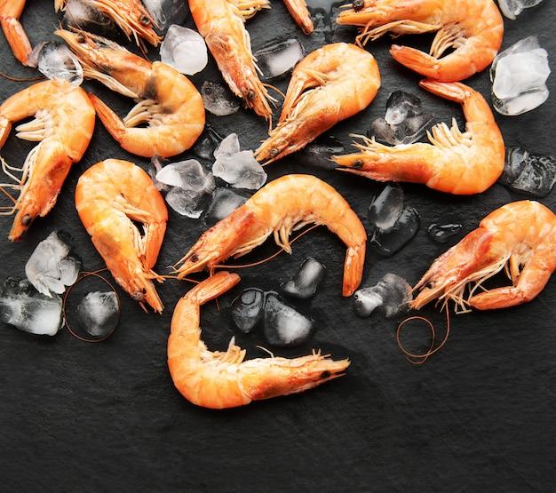 Crevettes avec glace sur fond noir
