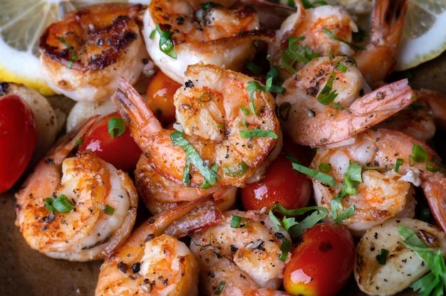 Crevettes grillées avec assaisonnement.
