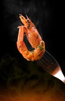 Crevettes grillées au barbecue avec des ingrédients épicés.