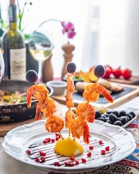 Crevettes grillées, sur, bâtons bois, vue côté