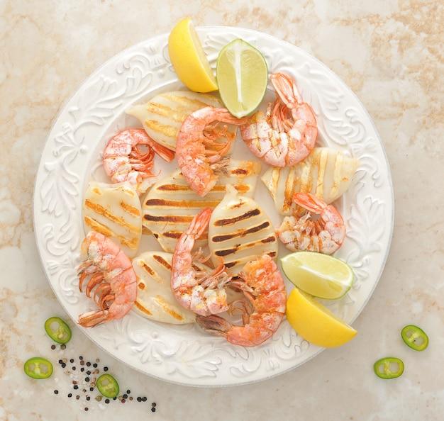Crevettes grillées et calamars grillés