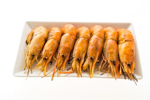 Crevettes grillées et crevettes dans une assiette blanche