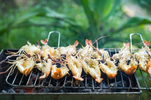 Crevettes grillées sur la cuisinière