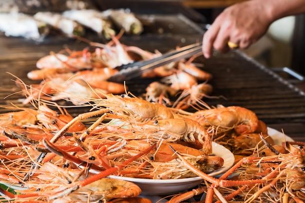 Crevettes grillées dans un panier à grillades.