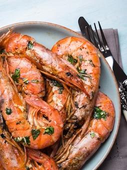 Crevettes grillées sur fond pastel