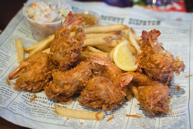 Crevettes grillées frites avec frites