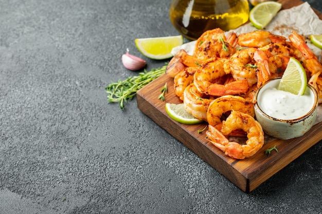 Crevettes grillées ou gambas servies avec du citron vert.