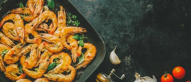Crevettes grillées grillées sur la poêle