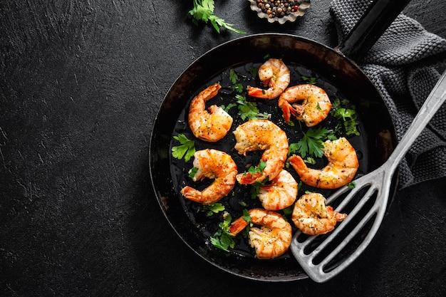 Crevettes grillées sur pan sur dark