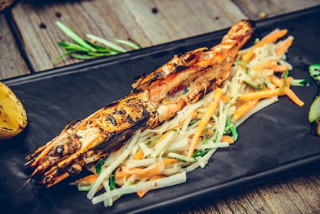 Crevettes grillées avec une tranche de citron persillé