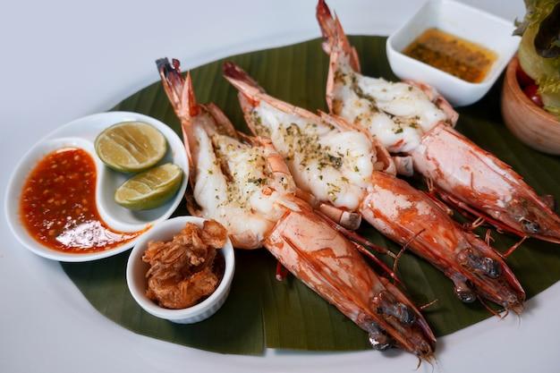 Crevettes grises ou crevettes grillées avec sur plaque blanche