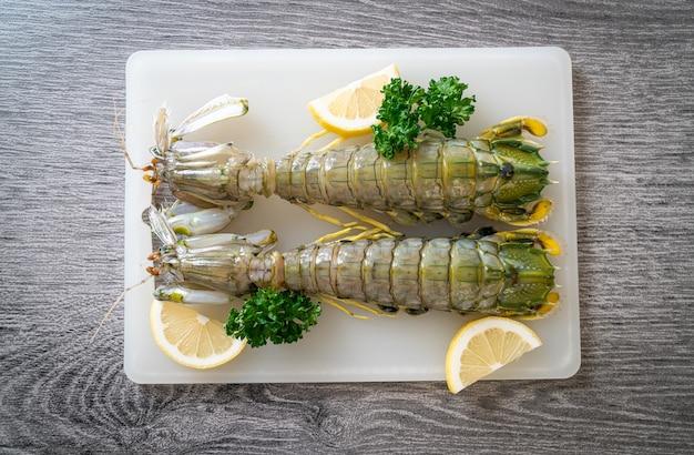 Crevettes mantes fraîches au citron à bord