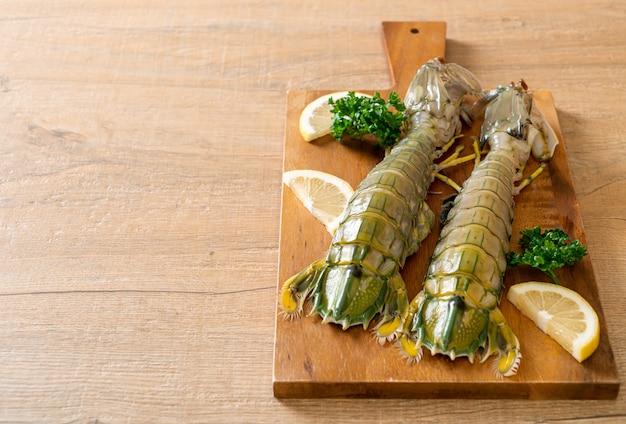 Crevettes mantes fraîches au citron sur planche de bois