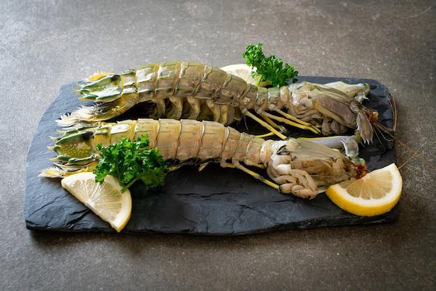Crevettes mantes fraîches au citron sur tableau noir