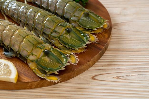Crevettes mantis fraîches au citron sur planche de bois