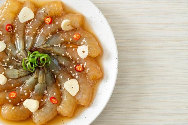 Crevettes marinées à la coréenne ou crevettes marinées à la sauce soja coréenne - style de cuisine asiatique