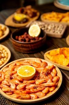Crevettes de mer saupoudrées de jus de citron