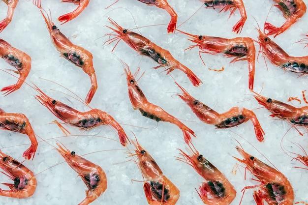 Les crevettes pandalus borealis gisent sur la glace dans le magasin ou dans la cuisine d'un restaurant