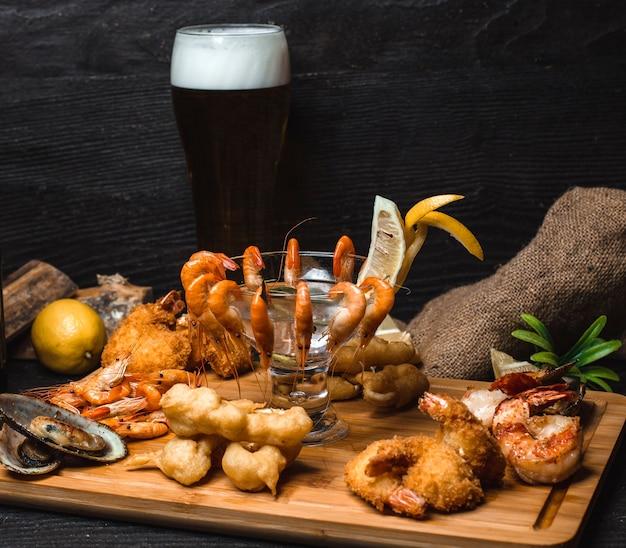 Crevettes à la pâte et crevettes frites sur une planche de bois
