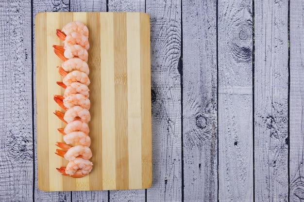 Crevettes pelées et cuites sur une table en bois