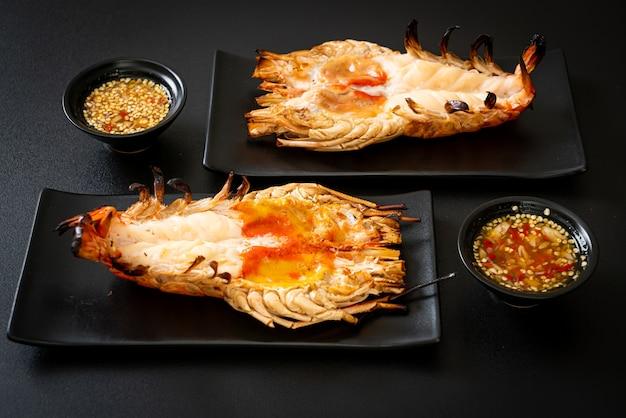 Crevettes de rivière géantes fraîches grillées avec trempette épicée aux fruits de mer