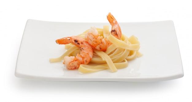 Crevettes rôties aux pâtes bouillies sur la plaque carrée