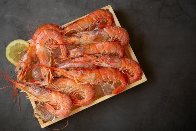 Crevettes rouges grandes dans une boîte en bois