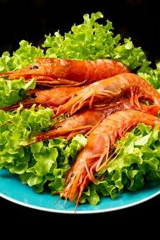 Crevettes avec salade fraîche sur plat