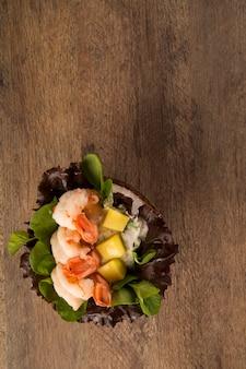Crevettes avec salade et mangue à la noix de coco.