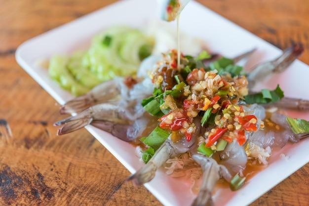 Crevettes à la sauce de poisson au marché thaïlandais de fruits de mer