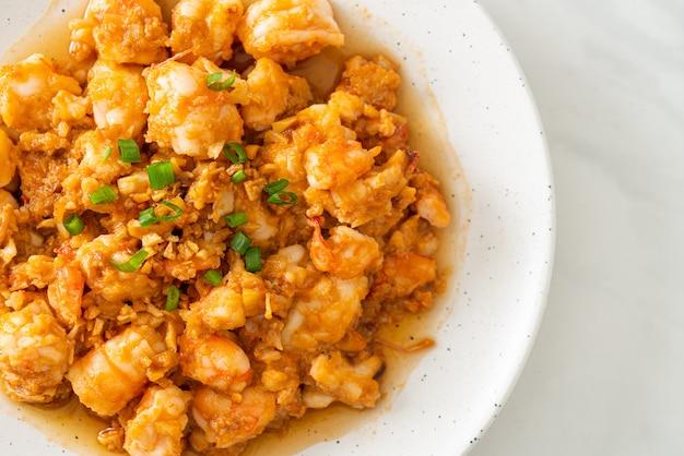 Crevettes sautées à l'ail et pâte de crevettes sur plaque whie