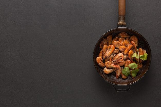 Crevettes sautées dans une poêle avec de la coriandre