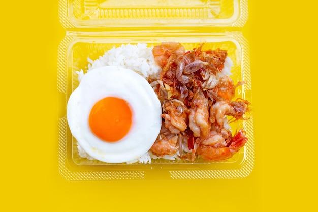 Crevettes sautées épicées avec œuf frit sur riz