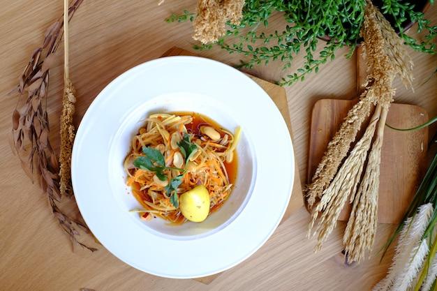 Crevettes sautées avec oignons, céleri et sauce yum