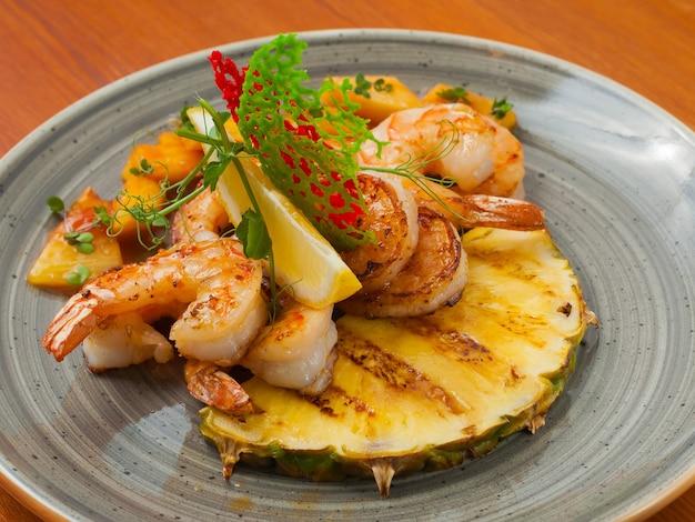 Crevettes savoureuses avec salsa aux fruits, ananas et citron