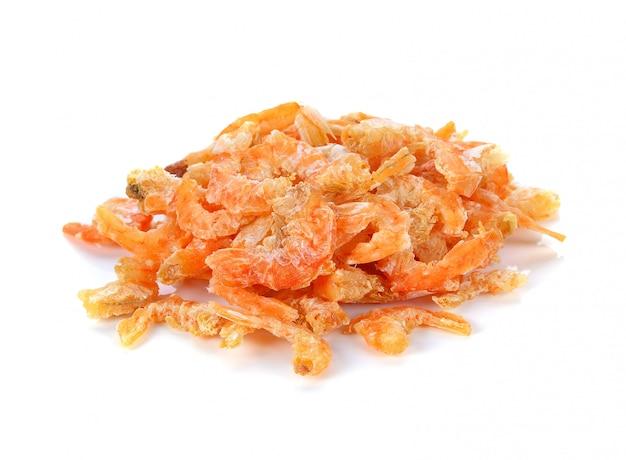 Crevettes séchées isolés sur fond blanc
