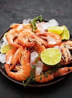 Crevettes servies sur une assiette