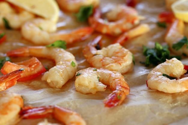 Crevettes. tas de crevettes roses et crues sur la table