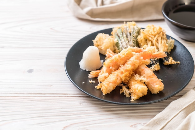 Crevettes tempura crevettes frites avec légumes