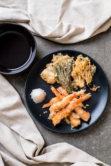 Crevettes tempura (crevettes frites panées) aux légumes