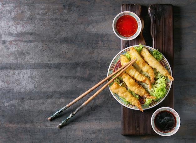Crevettes tempura frites avec des sauces