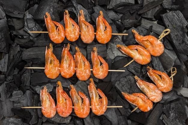 Crevettes tigrées sur charbon de bois. mise à plat. nourriture saine et appétissante